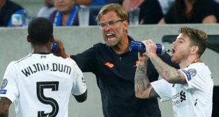 Klopp, junto a Alberto Moreno, durante el Hoffenheim-Liverpool de este martes