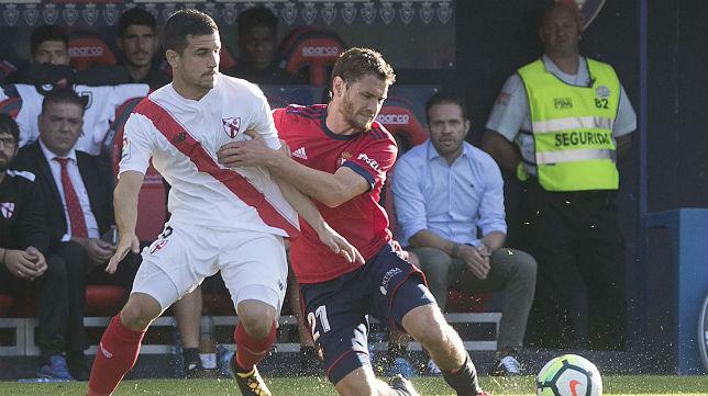 Matos pelea un balón ante la atenta mirada de Tevenet en el Osasuna- Sevilla Atlético de la primera jornada. Foto: CAOsasuna
