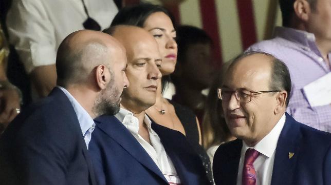 Monchi dialoga con Castro durante el Trofeo Antonio Puerta entre Sevilla y Roma