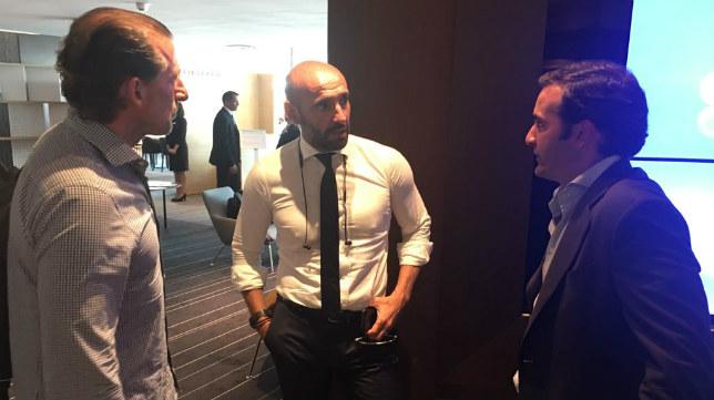 Monchi conversa con Óscar Arias y Jesús Arroyo. Foto: SFC