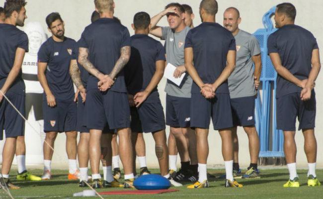 Berizzo y sus jugadores en la ciudad deportiva del Sevilla