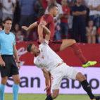 Lenglet y Dzeko pelean por un balón en el Sevilla-Roma (Foto: @OfficialASRoma)