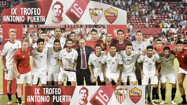 Los jugadores del Sevilla FC celebran la victoria con el Trofeo Antonio Puerta tras vencer a La Roma