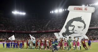 Sevilla FC y AS Roma forman antes del inicio del choque