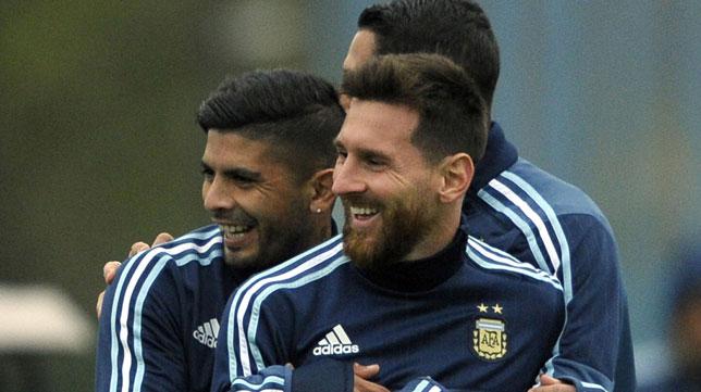 Banega, junto a Messi en el entrenamiento de la selección argentina (foto: AFP/Alejandro Pagni)