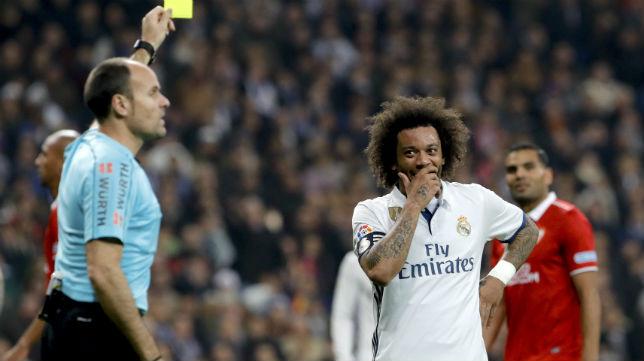Mateu Lahoz amonesta a Marcelo en un Real Madrid-Sevilla (foto: EFE/Juanjo Martín)