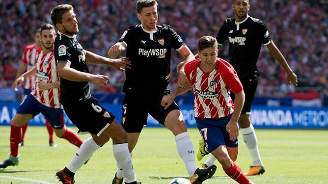 Vietto, entre Carriço y Lenglet, durante el Atlético-Sevilla FC