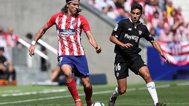 Jesús Navas y Filipe Luis durante el Atlético-Sevilla FC