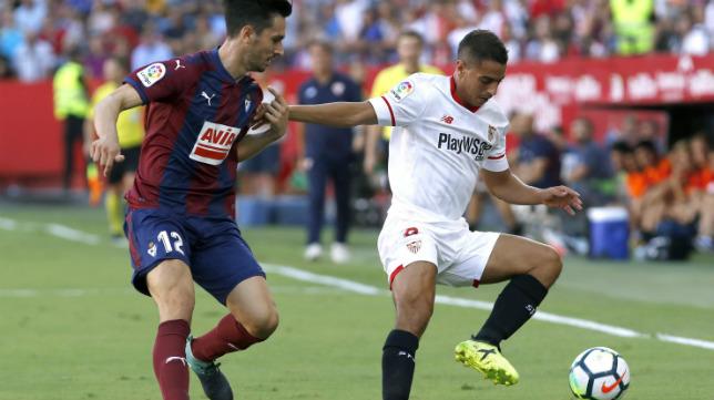 Ben Yedder controla el balón durante el Sevilla FC-Eibar