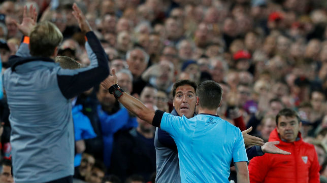 Berizzo, al ser expulsado en el Liverpool-Sevilla (Foto: Reuters)