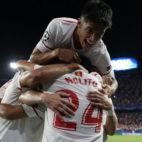 Correa, Ben Yedder y Nolito se funden en un abrazo en la celebración de uno de los goles al Maribor (Foto: Reuters)