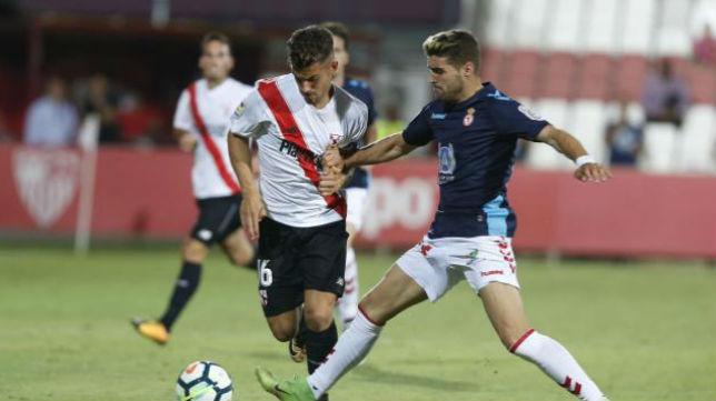 Curro pelea un balón en el Sevilla Atlético- Cultural Leonesa. Foto: LaLiga