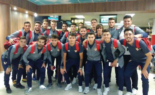 El Sevilla FC División de Honor posa ante de tomar rumbo a Liverpool en el debut de la Youth League. Foto: @CanteraSFC