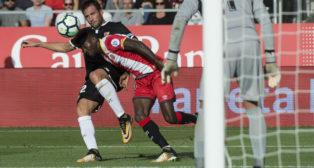 La acción de Franco 'Mudo' Vázquez en la que De Burgos Bengoetxea pitó penalti (Foto: EFE)