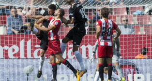 Nzonzi cabecea en un lance del Girona-Sevilla FC