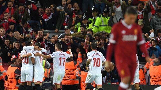 Los jugadores sevillistas celebran el 2-2 de Correa con la afición del Sevilla en Anfield (Foto: AFP).