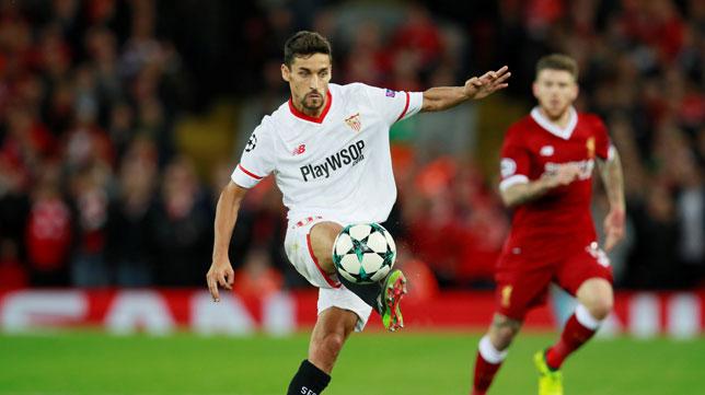 Jesús Navas centra en Anfield, en el Liverpool-Sevilla (Foto: Reuters).