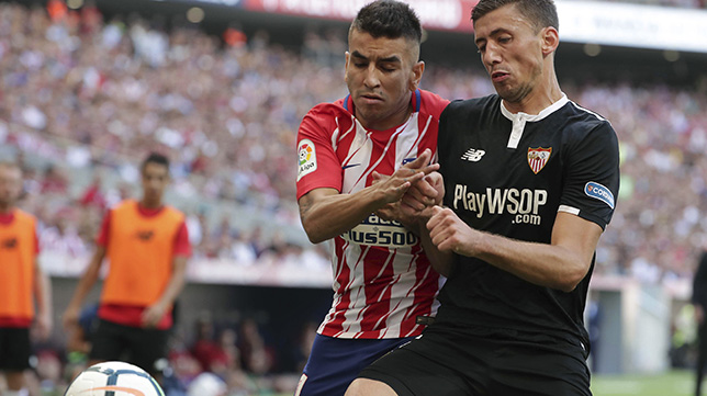 Lenglet pugna con Correa en el Atlético-Sevilla FC