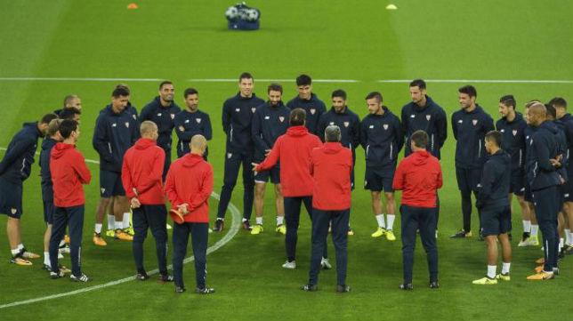 Los jugadores del Sevilla ayer en Anfield (EFE)