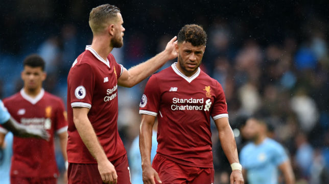 Los jugadores del Liverpool Alex Oxlade-Chamberlain y Jordan Henderson, tras la derrota contra el Manchester City (Foto: AFP)