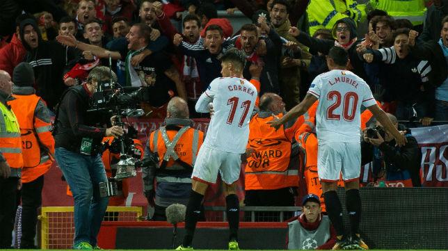 Correa y Muriel celebran el 2-2 en el Liverpool-Sevilla (EFE)