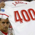 Navas levanta la camiseta conmemorativa de sus 400 partidos