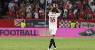 Navas saluda a la afición tras el Sevilla-Las Palmas