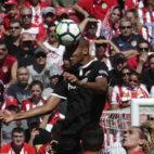 Nzonzi cabecea el balón en el Atlético-Sevilla FC