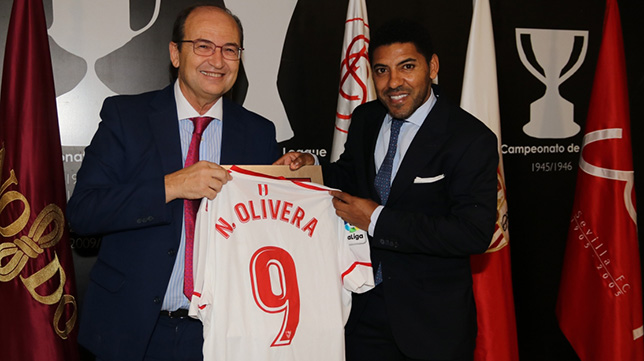 Nico Olivera recibe una camiseta del Sevilla FC de José Castro. Foto: SFC