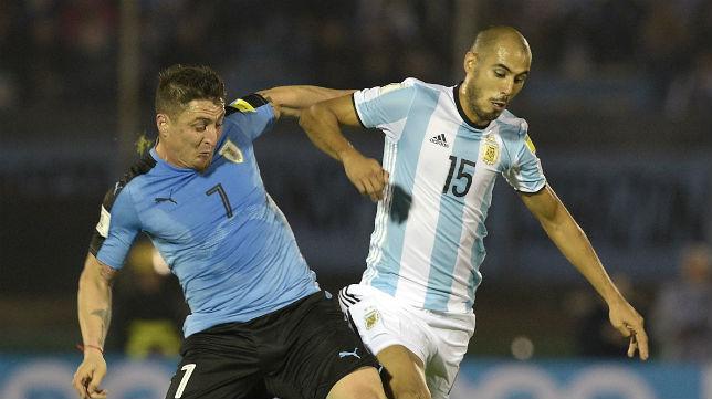 Pizarro pugna con el 'Cebolla' Rodríguez en el Uruguay-Argentina jugado anoche en Montevideo (Foto: AFP)