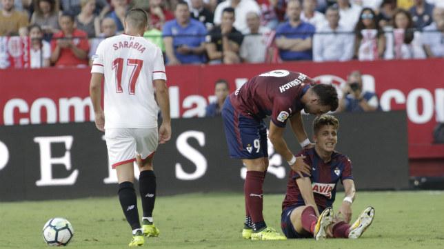 Sarabia, de espaldas, durante el Sevilla FC-Eibar