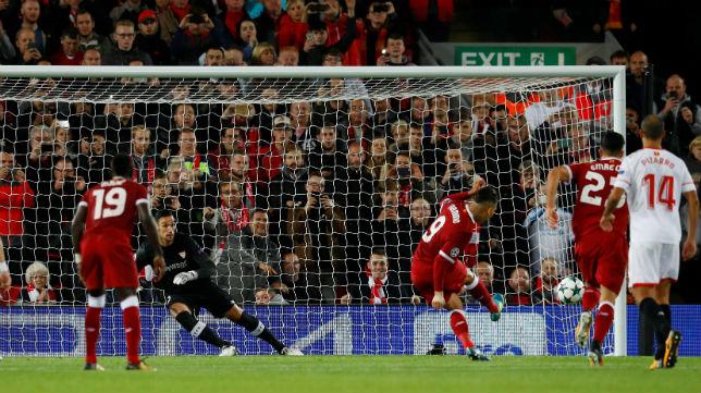 Sergio Rico, en el penalti de Firmino durante el Liverpool-Sevilla (Foto: Reuters)