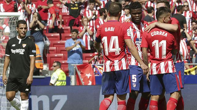 Ben Yedder se lamenta ante jugadores del Atlético celebrando la victoria