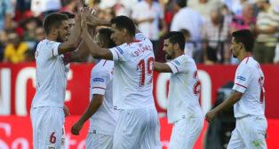 Los jugadores del Sevilla FC celebran el gol de Ganso ante el Eibar
