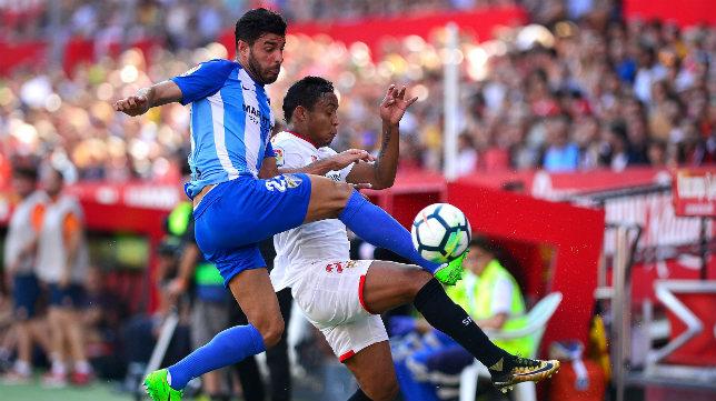 Muriel pugna por el balón durante el Sevilla FC-Málaga