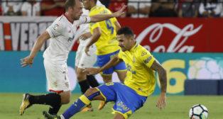 Vitolo pugna por el balón con Krohn-Dehli