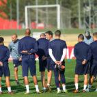 Berizzo se dirige a sus jugadores durante un entrenamiento del Sevilla