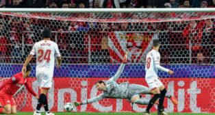 Sergio Rico no puede detener uno de los remates en el partido jugado ante el Spartak (Foto: AFP)