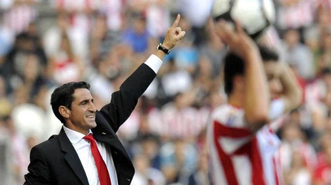 Jiménez hace indicaciones a sus jugadores en el duelo que el Sevilla ganó en San Mamés en septiembre de 2009