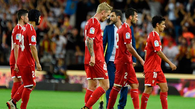 Los jugadores del Sevilla FC, cabizbajos tras la derrota en Mestalla ante el Valencia
