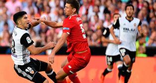 Lenglet, en una acción con Carlos Soler durante el Valencia-Sevilla FC