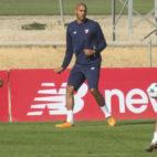 Nzonzi, Navas y Berizzo, en un entrenamiento que el Sevilla realizó en la ciudad deportiva (Efe)