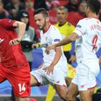Sarabia y Ben Yedder persiguen al jugador del Spartak Dzhikiya (Foto: AFP)