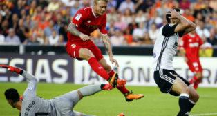 Sergio Rico y Kjaer, en un lance del Valencia-Sevilla FC