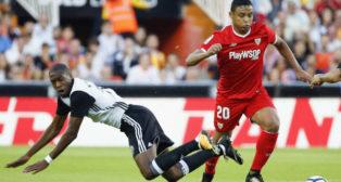 Muriel y Kondogbia durante una acción del Valencia-Sevilla FC