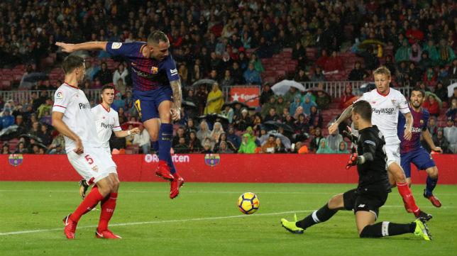 Alcácer, entre Lenglet, Kajer y Soria, en el Barcelona-Sevilla (Reuters)