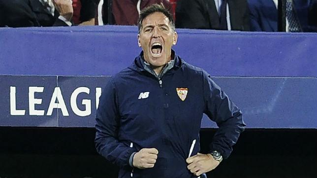 Berizzo da instrucciones durante el partido ante el Liverpool (Foto: AFP)
