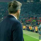 Berizzo mira a la afición del Celta antes de abandonar Old Trafford. Fuente: BeIN Sports