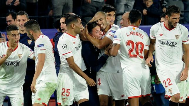 Pizarro se abraza a Berizzo tras marcar el gol que supuso el 3-3 ante el Liverpool
