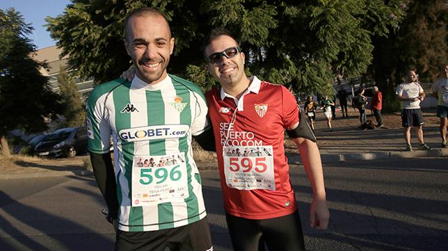 Dos amigos, uno del Betis y otro del Sevilla, en la carrera de aficiones